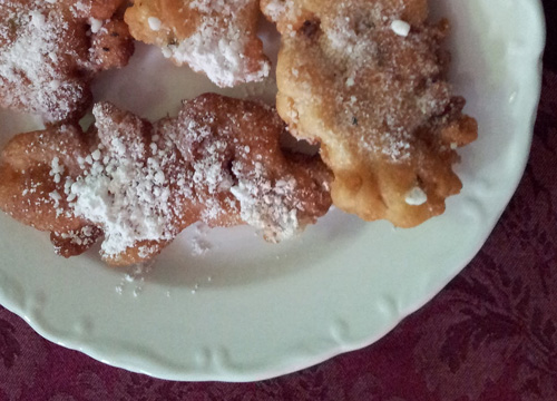 The flowers are edible and can be made into fritters!